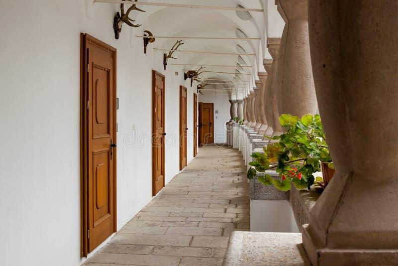 Säulengang mit Kolonnadensäulen und Jagdtrophäen in einem berühmten erneuerten romantischen Landsitz - Topolcianky, Slowakei lizenzfreie stockfotografie