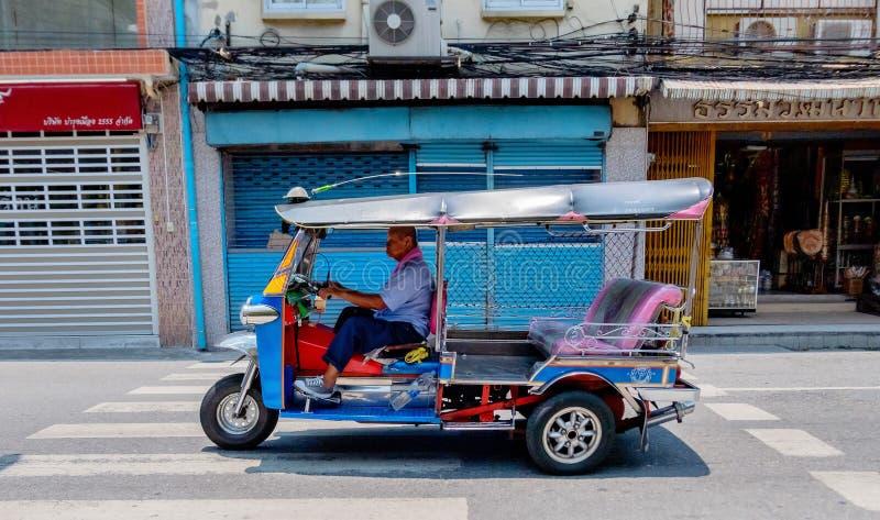 Sławni Tuku Tuk trójkołowowie z swój kierowcą jadą wzdłuż drogi w centrum Bangkok, Tajlandia Kwiecień 14, 2018 obraz royalty free