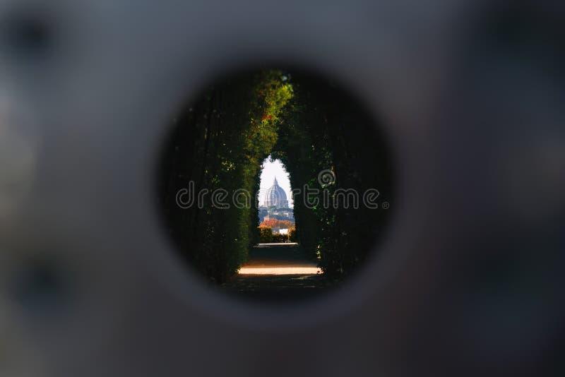 Sławny Aventine keyhole Il buco della serratura brama Willi Del Priorato di Malta - St Peter bazyliki widok zdjęcie stock
