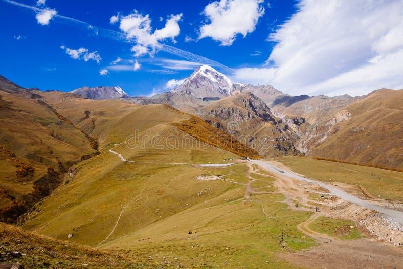 słońce jasnego dzień highmountains gór Październik Russia słońce Widok śnieżysty szczyt góra Kazbegi fotografia royalty free
