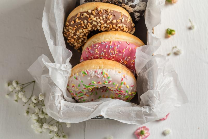Słodcy i smakowici donuts z różnorodnymi typami polewy fotografia stock