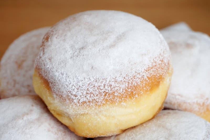 Słodki deser z prochowym białym cukierem Talerz z smakowitymi pączkami z jeden na wierzchołku obrazy royalty free