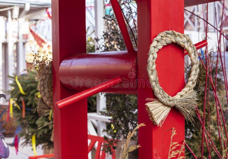 Słomiana dekoracja na starej czerwieni dobrze obraz royalty free