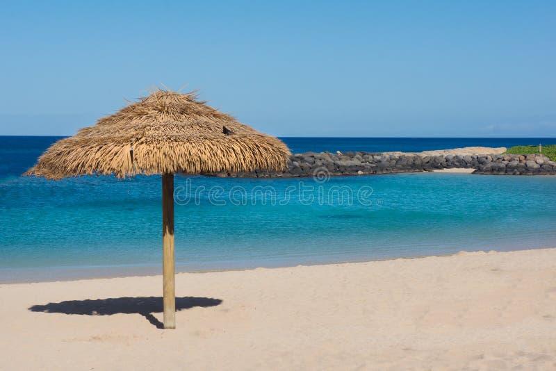Słomiany parasol Na Pustym Tropikalnym Plażowym tle obraz royalty free