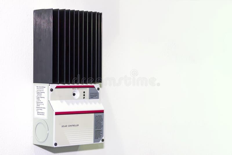 Słoneczny kontrolera wyposażenie dla elektrycznego ładunku przemysłowego na biel ścianie z kopii przestrzenią energia słoneczna obrazy royalty free