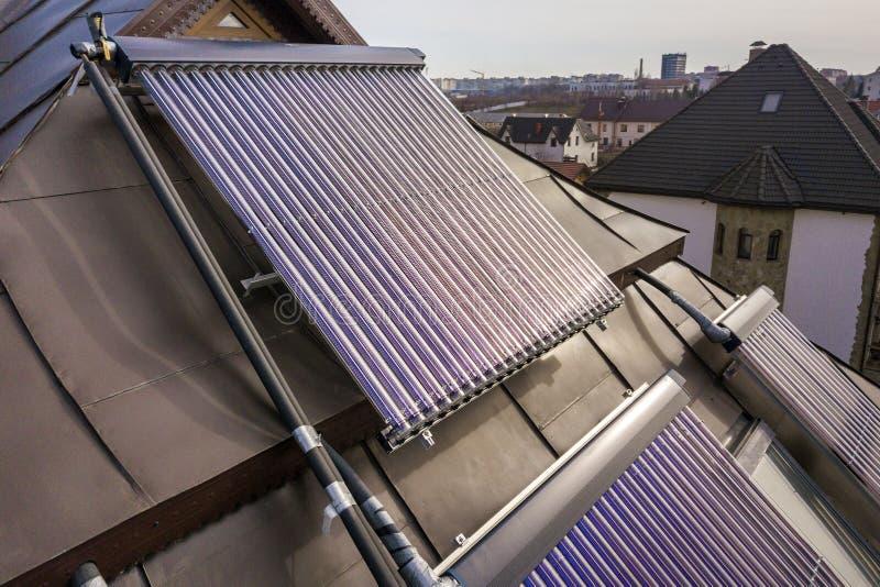 Słoneczny wodny ogrzewanie na domu dachu Gorąca woda bojler, alternatywny ekologiczny słońce energii generator Technologii nowoży obrazy royalty free