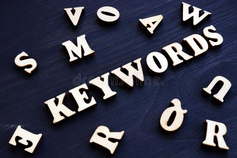 Słowa kluczowe i drewniani listy komputerowy pojęcie wytwarzający wizerunku seo obraz royalty free