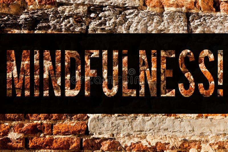 Słowa writing teksta Mindfulness Biznesowy pojęcie dla Być Świadomym świadomości spokojem Akceptuje myśli i uczucie ściany z cegi zdjęcie stock