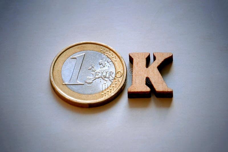 Słowo OK robić drewniani listy i euro monety na szarym tle Monetarny pojęcie pieniężne inwestycje lub transakcje zdjęcia royalty free