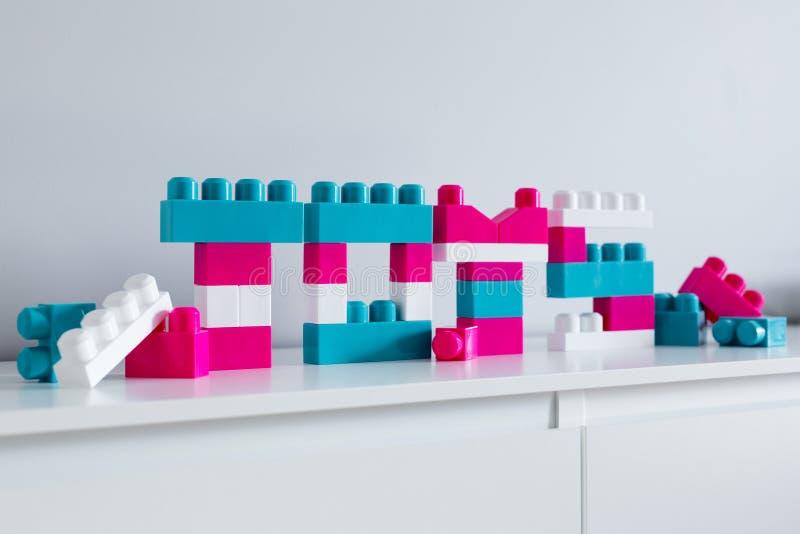 Słowo zabawki - zamyka w górę kolorowych listów składających zabawkarski konstruktor obraz royalty free