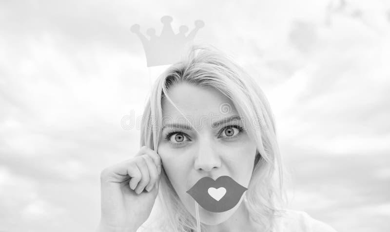Så bra att vara drottning Posera för damprinsessa som är gladlynt med den gula kronan Dröm av varje flicka som blir drottning Kvi arkivbilder