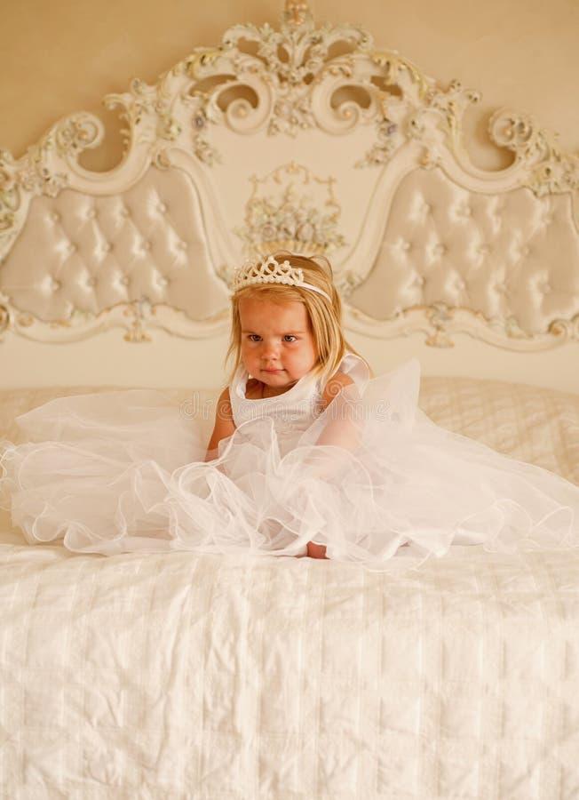 Så bra att vara drottningen Litet barn med långt blont hår Krona och frisyr för liten flickaklädertiara accessory hårhårnålwhite arkivfoto