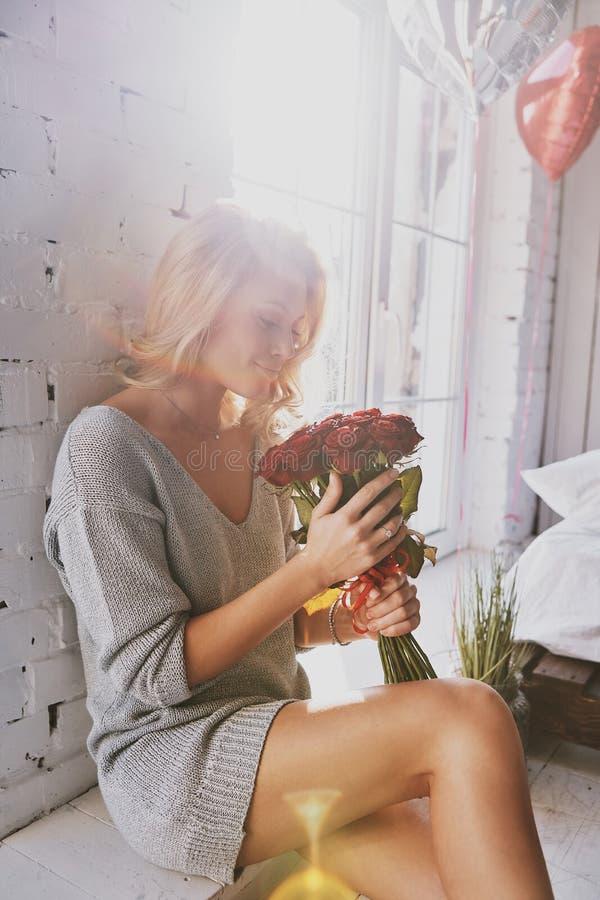 Så härligt som en blomma Attraktiv ung kvinna som rymmer en bouqu arkivbild