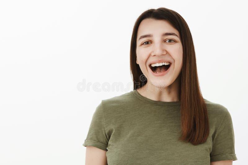Så roliga Haha Stående av den roade och bekymmerslösa flickan som har gyckel som ut högt skrattar med den öppnade munnen som ser  fotografering för bildbyråer