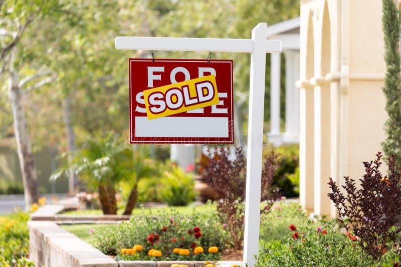 Sålt hem- till salu Real Estate tecken framme av det nya huset arkivbild