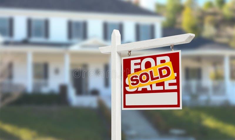 Sålt hem- till salu Real Estate tecken framme av härligt nytt Ho arkivfoto