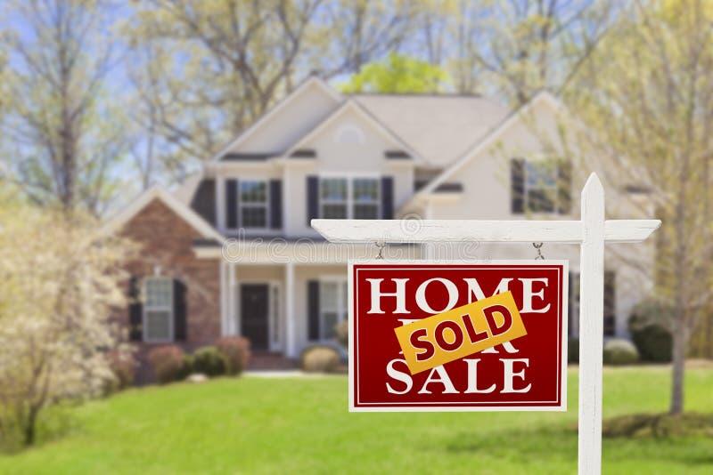 Sålt hem- till salu Real Estate tecken och hus arkivfoton