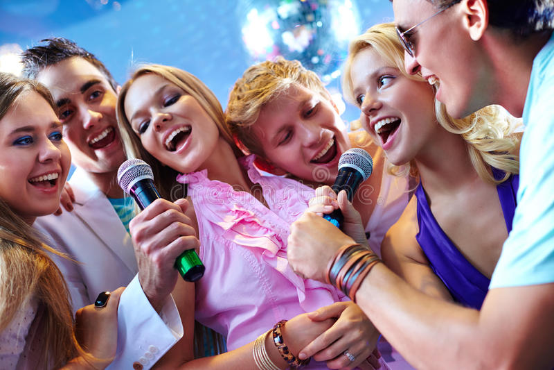 Sång av vänner royaltyfria foton