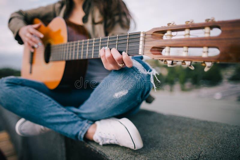 Sång för akustisk gitarr Levande musik på naturen royaltyfri bild