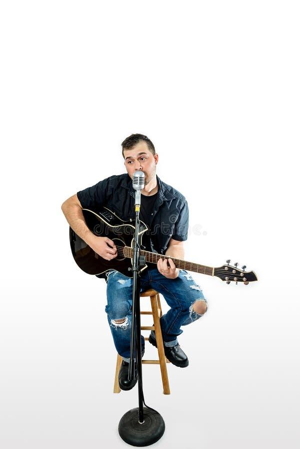 Sångare Acoustic Guitarist på vit lyftt uttryck fotografering för bildbyråer