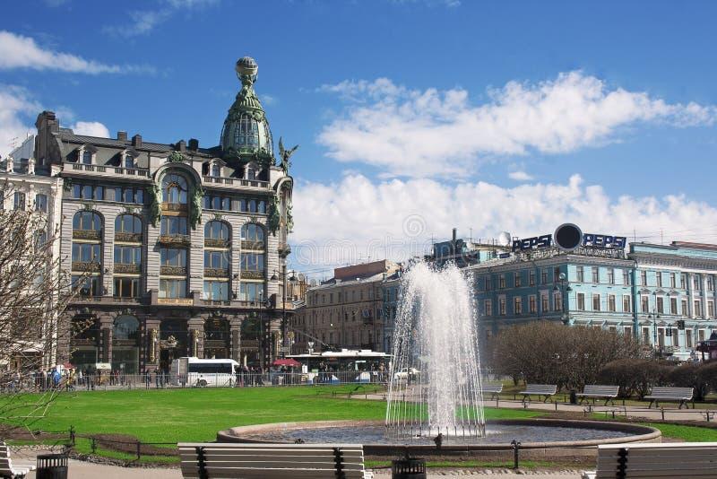 Sångare House och springbrunn framme av den petersburg russia st royaltyfria foton