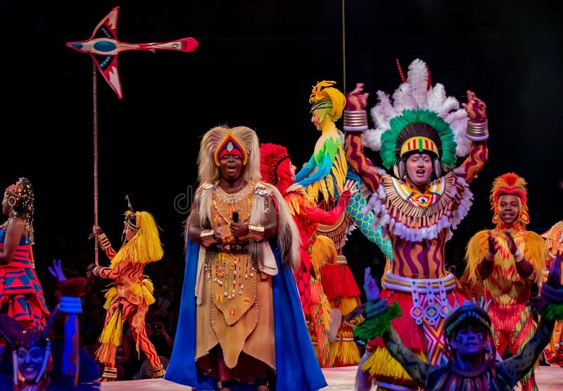 Sångare och dansare i festivalen av Lion King i djurriket på Walt Disney World arkivfoto