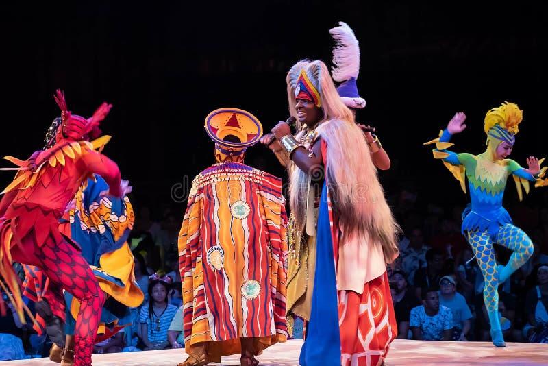 Sångare och dansare i festivalen av Lion King i djurriket på Walt Disney World 1 arkivbilder
