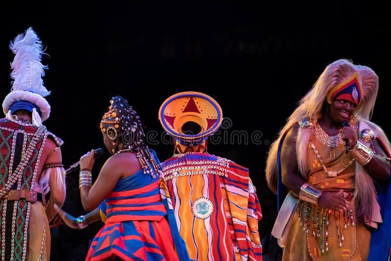 Sångare och dansare i festivalen av Lion King i djurriket på Walt Disney World 6 arkivbild