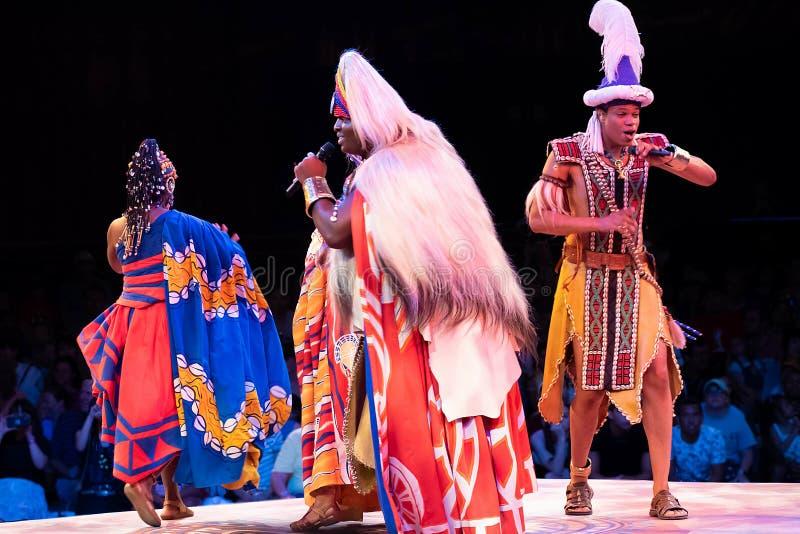 Sångare och dansare i festivalen av Lion King i djurriket på Walt Disney World 2 royaltyfria bilder