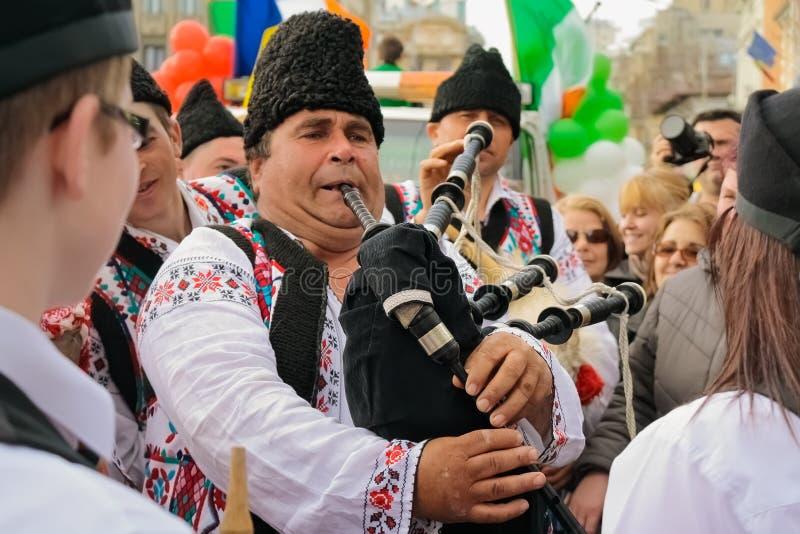 Sångare på den irländska festivalen i Bucharest, Rumänien arkivfoto