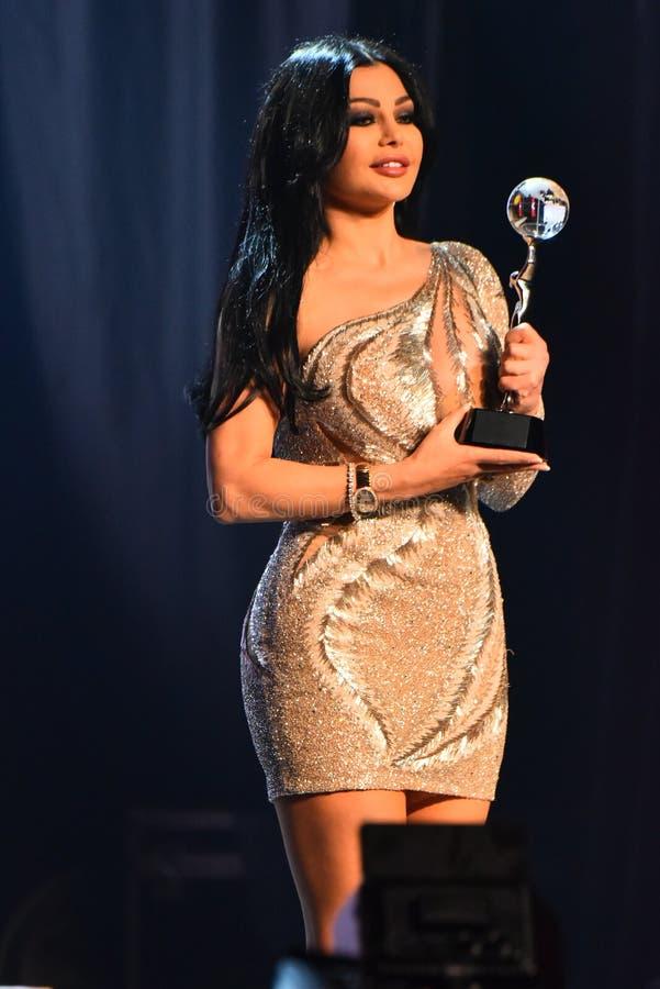 Sångaren Haifa Wehbe som accepterar utmärkelsen på etapp under den stora Apple musiken, tilldelar konsert 2016 arkivbilder