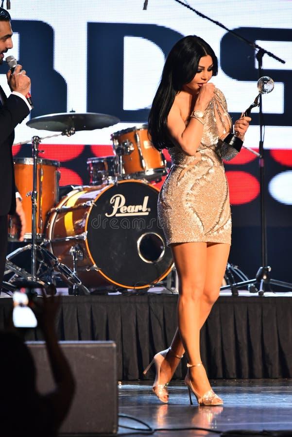 Sångaren Haifa Wehbe som accepterar utmärkelsen på etapp under den stora Apple musiken, tilldelar konsert 2016 royaltyfria bilder