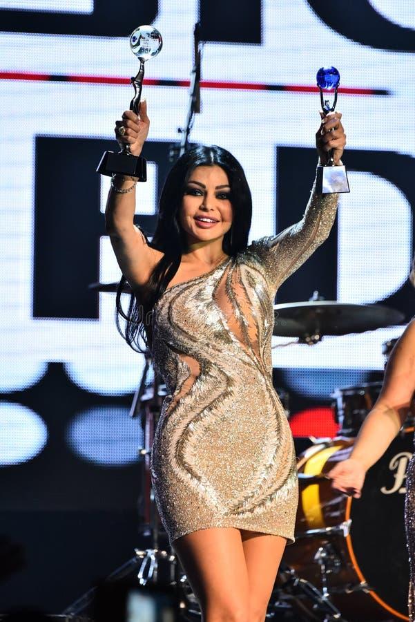 Sångaren Haifa Wehbe som accepterar utmärkelsen på etapp under den stora Apple musiken, tilldelar konsert 2016 royaltyfri fotografi