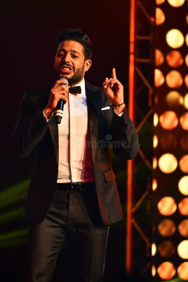 Sångaren Mohamed Hamaki som utför på etapp under den stora Apple musiken, tilldelar konsert 2016 royaltyfri fotografi
