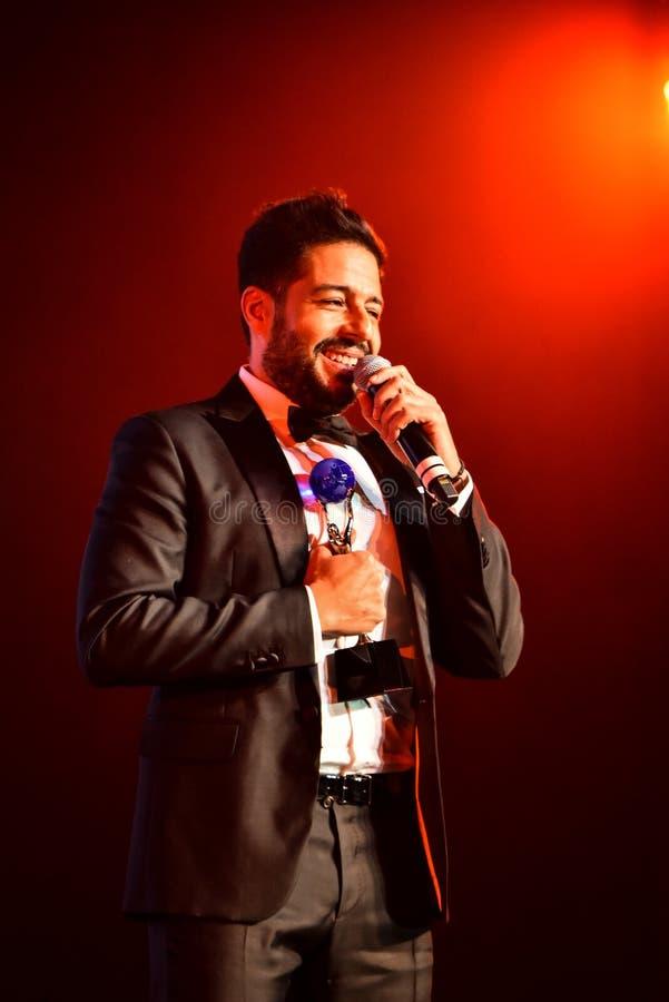 Sångaren Mohamed Hamaki som utför på etapp under den stora Apple musiken, tilldelar konsert 2016 royaltyfria bilder