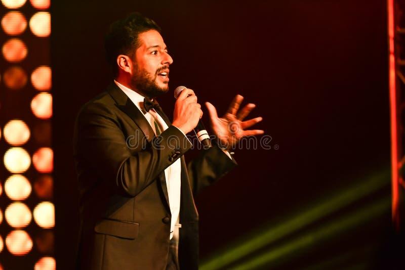 Sångaren Mohamed Hamaki som utför på etapp under den stora Apple musiken, tilldelar konsert 2016 arkivbilder
