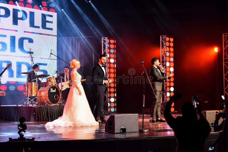Sångaren Mohamed Hamaki som utför på etapp under den stora Apple musiken, tilldelar konsert 2016 royaltyfri foto