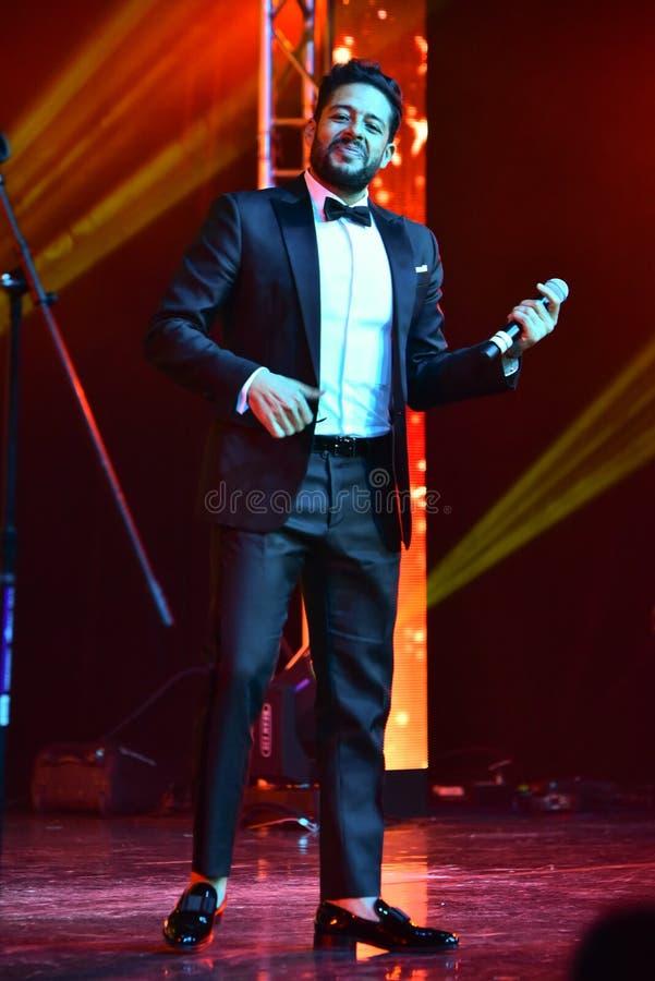Sångaren Mohamed Hamaki som utför på etapp under den stora Apple musiken, tilldelar konsert 2016 fotografering för bildbyråer