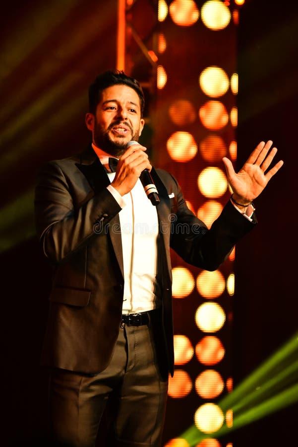 Sångaren Mohamed Hamaki som utför på etapp under den stora Apple musiken, tilldelar konsert 2016 arkivbild