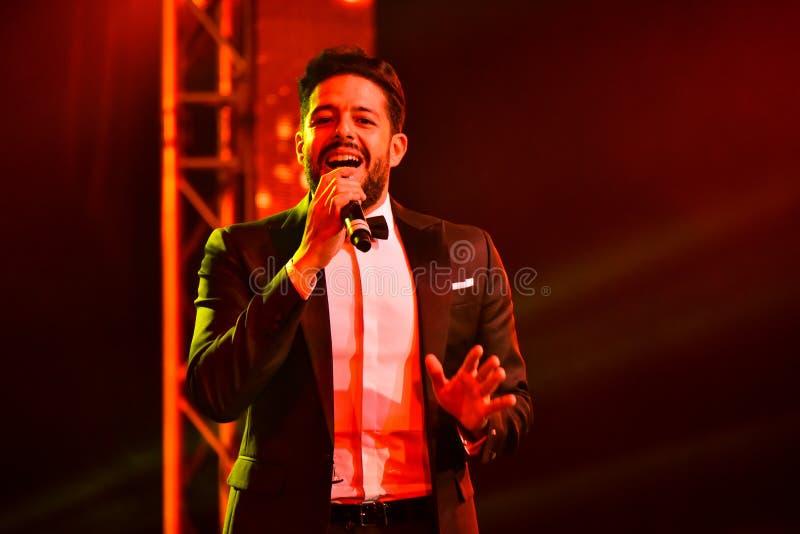Sångaren Mohamed Hamaki som utför på etapp under den stora Apple musiken, tilldelar konsert 2016 royaltyfria foton