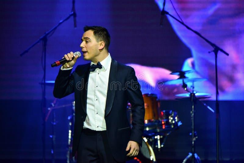 Sångaren Rodion Gazmanov som utför på etapp under den stora Apple musiken, tilldelar konsert 2016 arkivfoton