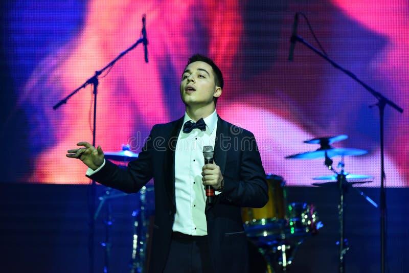 Sångaren Rodion Gazmanov som utför på etapp under den stora Apple musiken, tilldelar konsert 2016 royaltyfria bilder