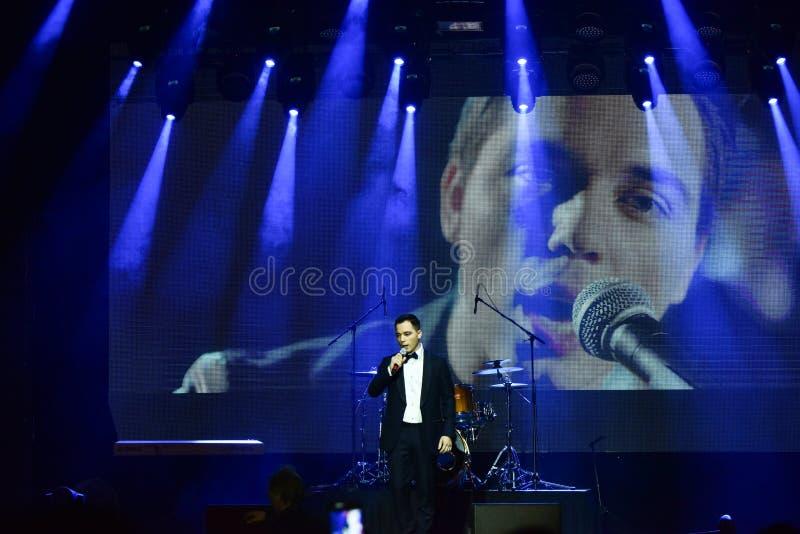 Sångaren Rodion Gazmanov som utför på etapp under den stora Apple musiken, tilldelar konsert 2016 royaltyfri fotografi