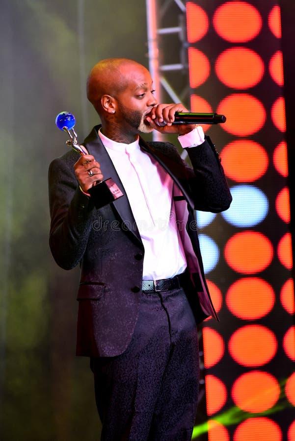 Sångaren Willi William som accepterar utmärkelsen på etapp under den stora Apple musiken, tilldelar konsert 2016 arkivbild