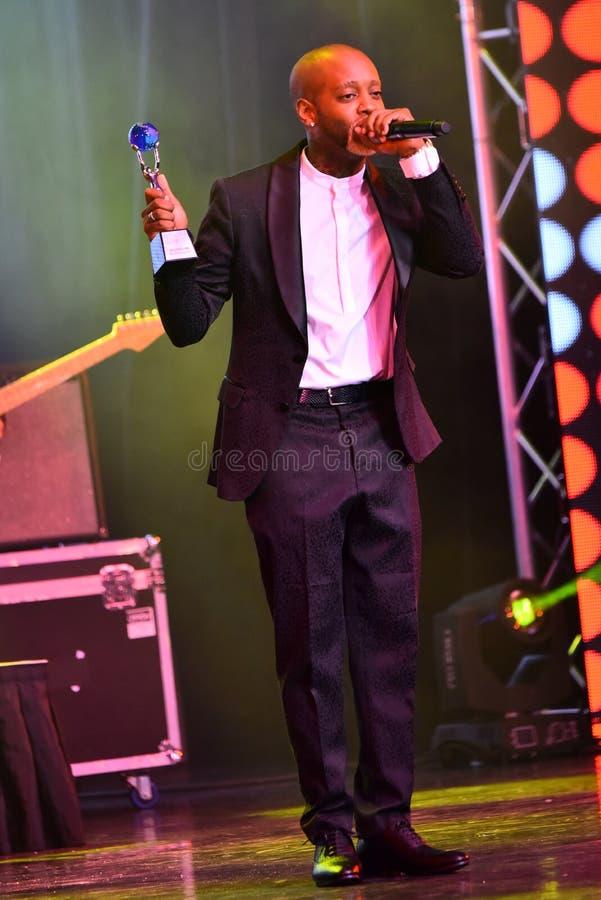 Sångaren Willi William som accepterar utmärkelsen på etapp under den stora Apple musiken, tilldelar konsert 2016 arkivbilder