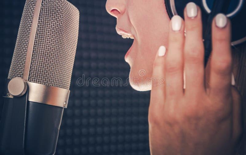Sånginspelning av sångaren royaltyfri bild