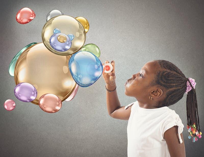 Såpbubblor för nallebjörn arkivbild