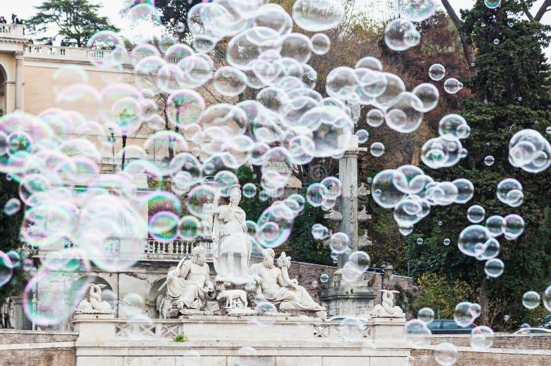 Såpbubblor i piazza del Popolo i Rome arkivbild