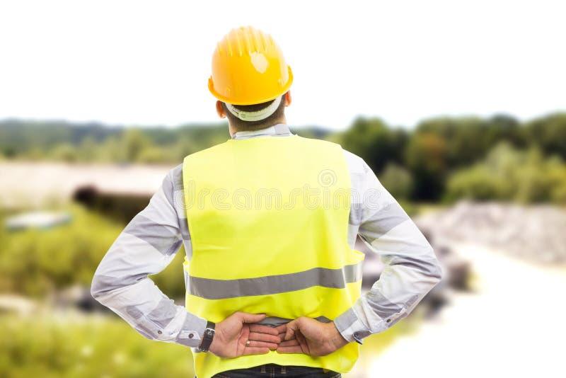 Sårad byggnadsarbetare- eller teknikerlidandebackpain royaltyfri foto