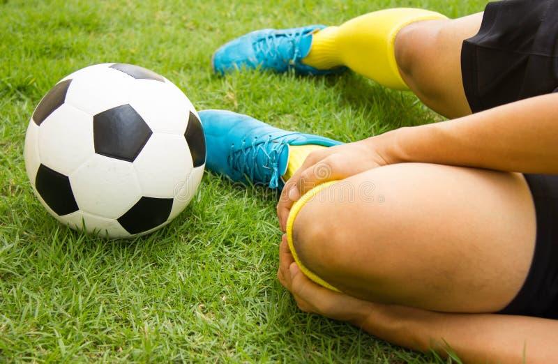 Sårad fotbollsspelare på fält royaltyfria foton